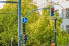 Uliczni światła ruchu dla drogowych pojazdów i tramwaju w mieście Obraz Royalty Free