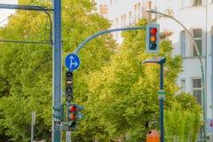 Uliczni światła ruchu dla drogowych pojazdów i tramwaju w mieście Zdjęcia Royalty Free