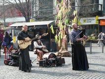 Uliczni artyści bawić się na sreet w Praga Fotografia Royalty Free