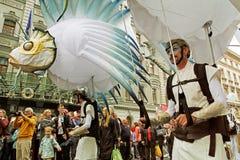 Uliczni artyści brali udział w karnawale przy festiwalu ` ` na miasto dniu na Neglinnaia ulicie w Moskwa Jaskrawymi ludźmi zdjęcia stock