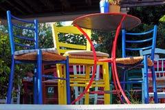 Uliczni Cukierniani Kolorowi krzesła, Crete Obraz Royalty Free