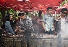 Uliczni domokrążcy od Xinjiang przygotowywają bbq baranka dla ich klientów Zdjęcia Royalty Free