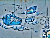 Uliczni graffiti na społeczeństwo ścianie chmurnieją reklamy CRT telewizyjną antenę wyemitowany Novi smutny Serbia 08 14 2010 Obraz Stock