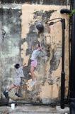 Uliczni malowidła ściennego tittle ` dzieci Bawić się koszykówki ` Zdjęcia Stock