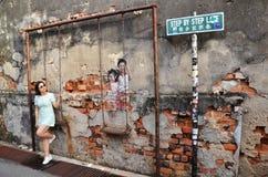 Uliczni malowidła ściennego tittle dzieci na huśtawce malowali Louis Gan mnie Zdjęcie Royalty Free