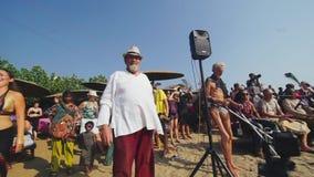Uliczni muzycy bawić się na bębenach, ludzie tanczy na plaży INDIA, NEPAL, KWIECIEŃ 2018 zdjęcie wideo