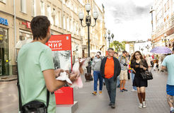 Uliczni Starzy Arbat Moskwa ludzie zaludniają dziewczyn chłopiec kobiet mężczyzna dziecka Obrazy Stock