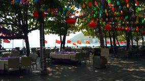 Uliczni stoły kurort kawiarnia z chińczykiem zaznaczają wzdłuż poręcza zbiory wideo