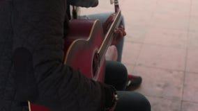 Uliczni wykonawcy bawić się gitarę zdjęcie wideo