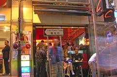 Uliczny życie w mieście z neonowymi światłami Obraz Royalty Free