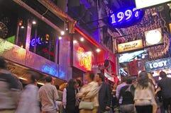 Uliczny życie w mieście z neonowymi światłami Obrazy Stock