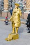 Uliczny aktor ubierający jako złocisty pirat blisko kościół wybawiciel na Rozlewałam krwi Obrazy Stock