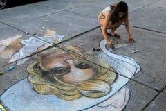 Uliczny artysta z jej kredą i projekt na chodniczkach w centrum Saratoga, Nowy Jork, 2015 Fotografia Royalty Free