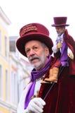 Uliczny artysta z lalą na ramieniu fotografia royalty free