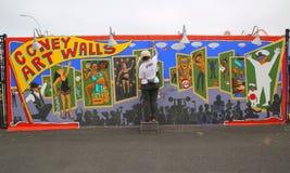 Uliczny artysty obrazu malowidło ścienne przy nowymi ulicznymi sztuki przyciągania Coney sztuki ścianami Fotografia Stock