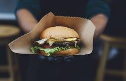 Uliczny fast food, hamburger z bbq piec na grillu stek Zdjęcia Royalty Free