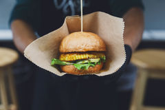 Uliczny fast food, hamburger z bbq piec na grillu stek Obrazy Stock