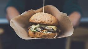Uliczny fasta food festiwal, hamburger z bbq piec na grillu stek Zdjęcia Royalty Free
