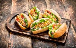 Uliczny jedzenie hot dog z ziele, warzywami i gorącą musztardą, fotografia royalty free