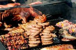 Uliczny jedzenie kramu sprzedawania wieprzowiny mięso z skewers i kiełbasami obrazy royalty free