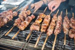 Uliczny jedzenie - piec na grillu mięsa na skewers na węglu drzewnym piec na grillu Obrazy Stock