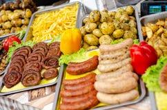 Uliczny jedzenie, różne smażyć kiełbasy fotografia stock
