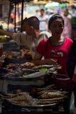 Uliczny jedzenie rynek z świeżą i piec na grillu ryba, lokalni ludzie robi zakupy Obraz Stock