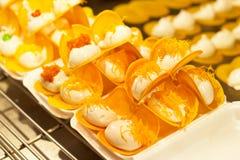 Uliczny jedzenie, Tajlandzki deser z śmietanką i polewa na ciepłym świetle, fotografia royalty free
