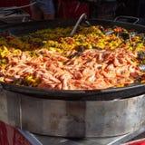 Uliczny jedzenie w Francja, świeży przygotowany paella z jedzeniem w dużej niecce na ulicznym rynku, ryżowym i dennym, przygotowy fotografia stock