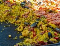 Uliczny jedzenie w Francja, świeży przygotowany paella z jedzeniem w dużej niecce na ulicznym rynku, ryżowym i dennym, przygotowy obraz stock