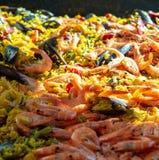 Uliczny jedzenie w Francja, świeży przygotowany paella z jedzeniem w dużej niecce na ulicznym rynku, ryżowym i dennym, przygotowy obrazy royalty free