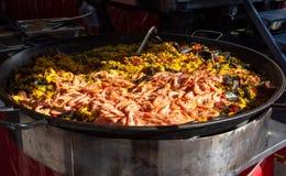 Uliczny jedzenie w Francja, świeży przygotowany paella z jedzeniem w dużej niecce na ulicznym rynku, ryżowym i dennym, przygotowy fotografia royalty free