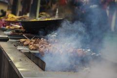 Uliczny karmowy festiwal Smażący mięso sprzedający outdoors obrazy stock