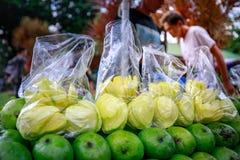 Uliczny karmowy sprzedawca pokrajać świeżego zielonego mango który sprzedaje na foo Zdjęcie Royalty Free