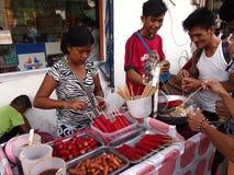 Uliczny karmowy sprzedawca sprzedaje różnorodność ulicznego jedzenie Obrazy Stock