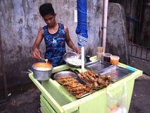 Uliczny karmowy sprzedawca sprzedaje różnorodność ulicznego jedzenie Obraz Royalty Free