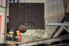 Uliczny mecz koszykówki Koszykówki osłona, piłka iść przez kosza Pojęcie sport, szlagierowa dokładność, aktywny styl życia zdjęcia stock