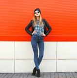 Uliczny mody pojęcie - elegancka modniś kobieta w skale Obrazy Royalty Free