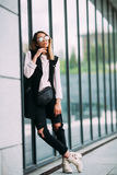 Uliczny mody pojęcie miastowy tło, mody spojrzenie Obrazy Royalty Free