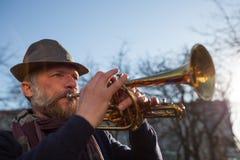 Uliczny muzyk bawić się muzykę obrazy royalty free