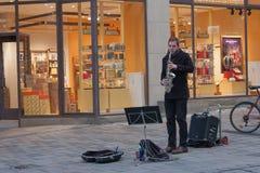 Uliczny muzyk bawić się saksofon przy boże narodzenie rynkiem Fotografia Stock