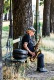 Uliczny muzyk bawi? si? saksofon na bulwarze rzeczny wonton Paris france zdjęcie stock