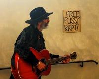Uliczny muzyk 'Bezpłatna kici zamieszka' Obrazy Royalty Free