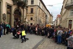 Uliczny muzyk przy Lviv obrazy stock