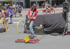 Uliczny muzyk przy Paulista aleją bawić się gitarę obraz royalty free