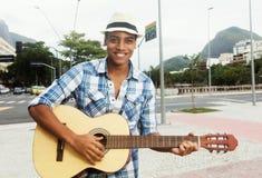 Uliczny muzyk z bawić się gitarę w mieście Obrazy Royalty Free