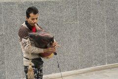 Uliczny muzyk zabawia ludzi przed stacją metru obok obraz stock