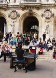 Uliczny pianista zabawia widowni Fotografia Royalty Free