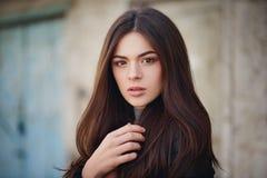 Uliczny portret piękna młoda brunetki dziewczyna w czarnej skórzanej kurtce obrazy stock