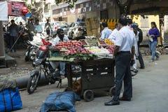 Uliczny rynek, owocowy sprzedawca Mumbai indu Zdjęcia Royalty Free